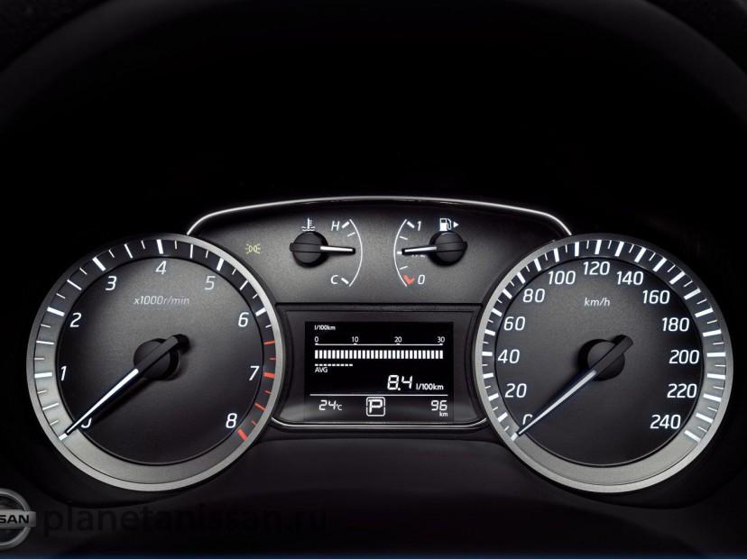 Панель приборов водителя с четкой разметкой